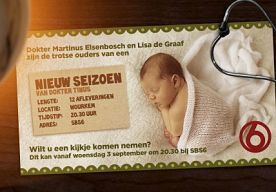 13-Aug-2014 12:26 - DOKTER TINUS EN LISA VERWACHTEN KINDJE. Beschuit en muisjes, ooievaar op het nest en meer van zulks in Wourkem... Althans: binnenkort, want Dokter Tinus en zijn Lisa verwachten een kindje. Het stel maakte het heuglijke nieuws bekend met een snoezig kaartje. Vanaf woensdag 3 september is de zwangerschap en meer te volgen in nieuwe afleveringen van de populaire serie, om 20.30 uur op SBS6.