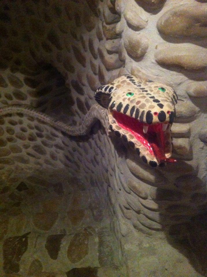 Barandilla de Cobra de piedritas hecha a mano por el que continua la obra de arte