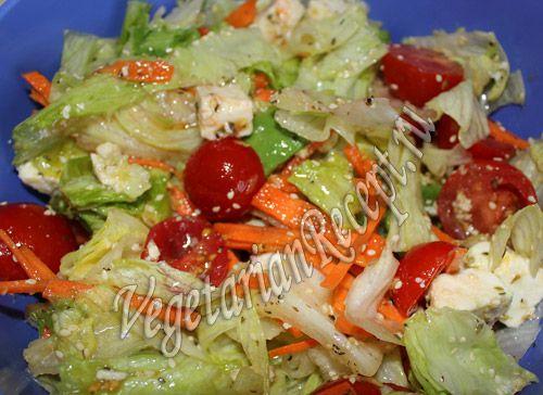 Салат с помидорами черри, сыром и авокадо