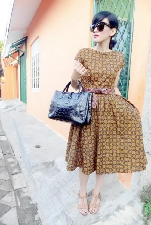 wearing '50s-inspired dress :Batik Amarillis's hey day 3 dress in my favourite classic & classy batik pattern 'Randu Kintir' sogan from sragen,Celine's 'Audrey eyewear & Longchamp's 'Roseau  Croco Bag
