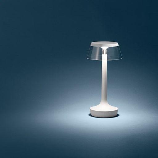 Designer: Philippe Starck 2015 Bon Jour Unplugged is de kleine versie van de tafellamp Bon Jour en is ideaal voor draadloos draagbaar gebruik. Zijn micro USB oplaadbare batterij heeft een levensduur van 6 uur. Hij heeft een tijdloze elegantie en straalt romantisch en zacht licht uit wat onmiddellijk voor sfeer zorgt. Ideaal ook voor buiten op tafel om te zorgen voor de juiste stemming bij warme zomeravonden.
