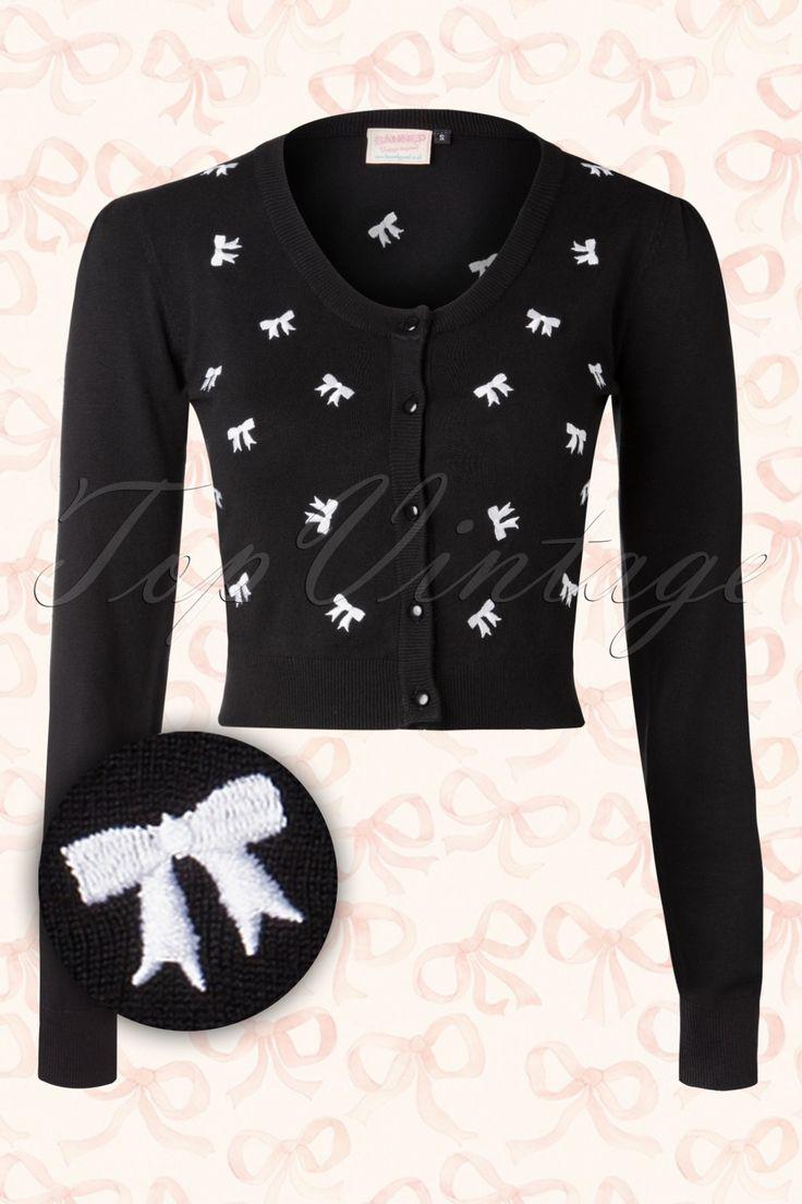 De50s Sweet Emotion Bow Cardigan in Black van Banned is een comfortabele en schattige cardigan!We can't get enough of bows! ;-) Mooie cardigan met een ronde halslijn, een reeks zwarte knoopjes en lange mouwen. Uitgevoerd in een stretchy zwarte viscose mix met schattige geborduurde witte strikjes en afgewerktmet elastisch ribboard langs de mouwtjes en onderkant voor een mooie aansluitende pasvorm. Combineer met een van onze pencil rokken of high waist broeken om de look af te make...