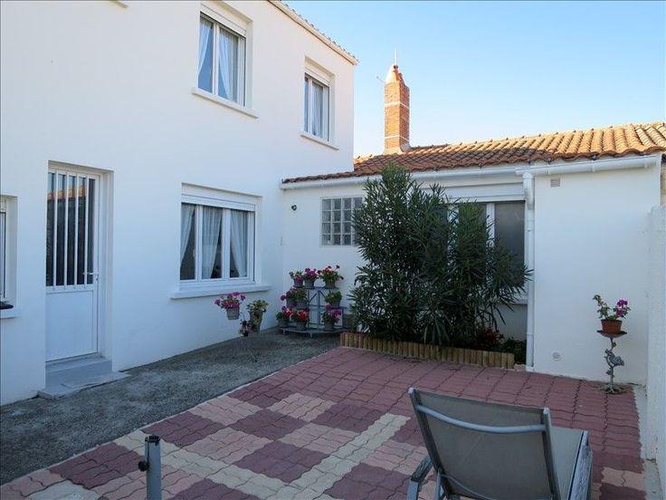 L'agence MY ABITA vous présente une maison à vendre au CHATEAU D'OLONNE en Vendée. Cette villa est située à pied des commerces et à 5mns de la plage de Tanchet. Arrêt de bus à 50m. Cette maison de ville se compose d'un salon/séjour, cuisine aménagée, cellier, débarras, 3 chambres, salle de bains, 2 wc, une cour de 55m².