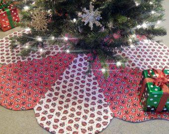 Esta falda de orden de encargo hermoso árbol de Navidad 8-panel medidas 45 en diámetro y hará un maravilloso acento a su árbol de Navidad durante años. Cuatro paneles están hechos de tela de algodón de la Casa de fieras de invierno por Jason Yenter y cuatro están hecho de tela de algodón de Abrazos y Holly por Kelly Mueller. La tela de la colección de invierno cuenta con árboles de pino verde, los copos de nieve blancas y azul y plata renos y aves además de copos de nieve plata metálicos…