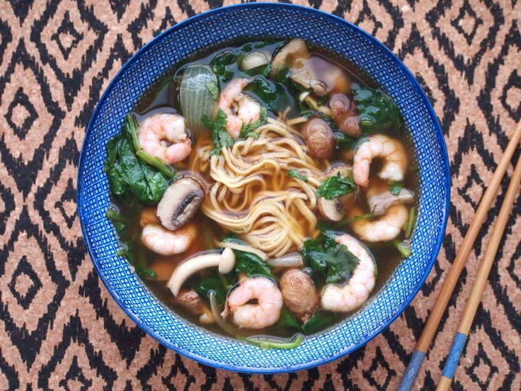 Done in 30 minutes: Noodle soup with spinach, shripms and mushrooms | Noodle soep met spinazie garnalen en paddenstoelen.