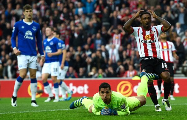 Joel Robles of Everton and Jermain Defoe of Sunderland watch a shot from Wahbi Khazri of Sunderland go wide during the Barclays Premier League match between Sunderland and Everton at the Stadium of Light on May 11, 2016 in Sunderland, England.