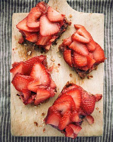 Breakfast at Your Desk: Raw, Vegan (Amazing!) Strawberry Oat Bars: Vitamin G