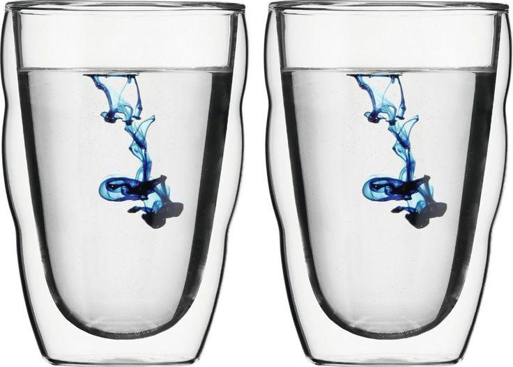 Bodum Pilatus 035L 2st  Bodum Pilatus 0.35L 2st (handgemaakt) De Bodum Pilatus-serie draait om mooi gevormde glazen met een handige geribbelde buitenkant zodat je de glazen makkelijk vast kunt houden. De 035L-variant uit deze serie is de grootste waardoor deze erg geschikt is voor bijvoorbeeld water of frisdrank. Het unieke ontwerp van het mondgeblazen glas zorgt ervoor dat jouw drank zowel warm als koud altijd zijn eigen temperatuur vasthoudt. De dubbele wand laat namelijk geen warmte uit…