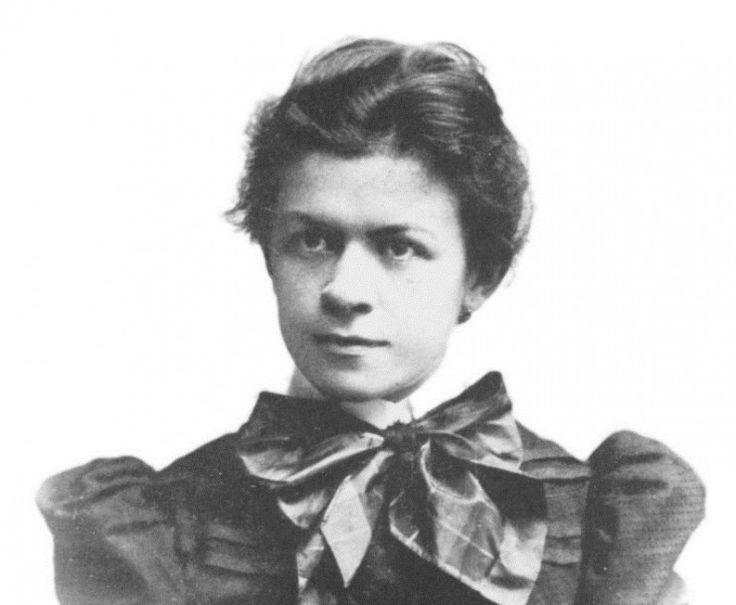 Mileva Maric (1875-1948) fue matemática y esposa de Einstein, a quien ayudó a elaborar la teoría de a relatividad. Además, cabe destacar que fue la primera mujer licenciada en física. Con respecto a la teoría de la relatividad de Einstein, existe polémica puesto que se han encontrado cartas envíadas por ella en la que residían los principios básicos de la teoría de Einstein. Ella decidió que su trabajo fuese publicado por Eintein al ser hombre.