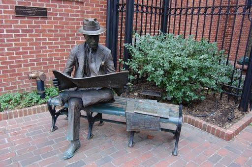 Мужчина читающий местные газеты. Скульптор -   J. Seward Johnson.Стейман Парк, Ланкастер, Пенсильвания (Lancaster, PA)