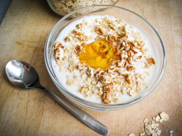 Dieser firsche Joghurt-Dinkel-Snack ist schnell gemacht und lecker. Dieses und andere von Hildegrad von Bingen inspirierte Rezept gibt es kostenlos bei Vivat zum Herunterladen.