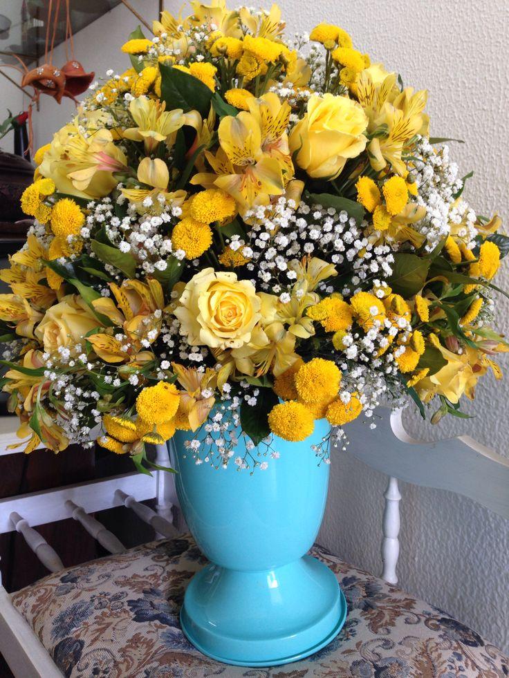 Um lindo arranjo com flores amarelas.