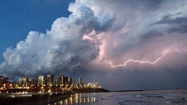 [*- Mar del Plata (Argentina) sufrió un temporal casi sin antecedentes - La tormenta, que incluyó descargas eléctricas, lluvia y granizo, fue la peor tormenta de los últimos 30 años en la ciudad. El fenómeno provocó destrozos en autos, viviendas y balnearios - (Domingo 13, Nov. 2016)]