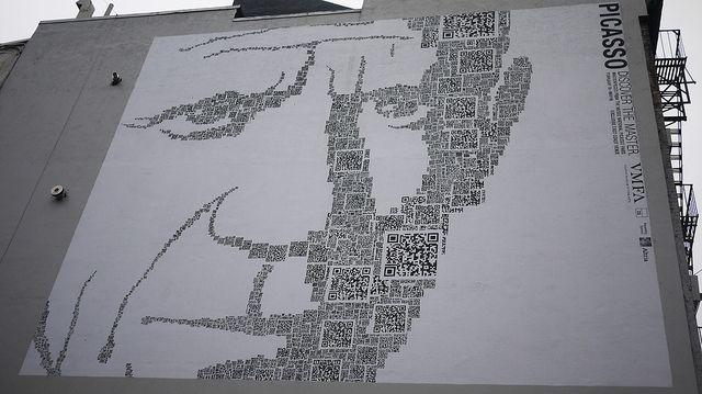 Un portrait de Pablo PIcasso fait de QRcodes de différentes tailles pour faire la promo d'une exposition dédiée à l'artiste.  Un exemple de plus qui démontre que malgré sa forme carrée rigide, le QR code laisse libre court à la créativité lorsque l'on dépasse les frontières de ce carré !
