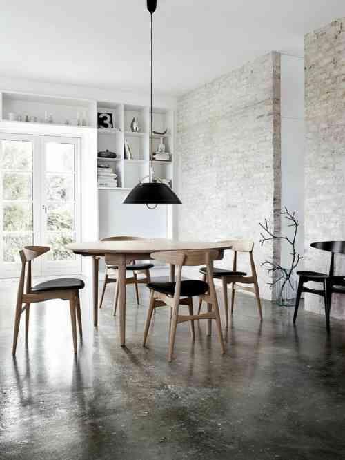 déco de salle à manger avec design scandinave et couleur de mur en briques