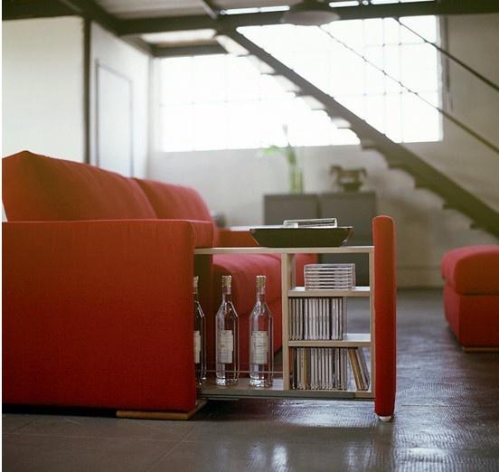 recuperare spazio utilizzando il bracciolo estraibile del divano