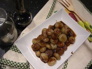 Le cipolline in agrodolce, facili e veloci da preparare, possono essere gustate come antipasto oppure come contorno per accompagnare i secondi piatti.