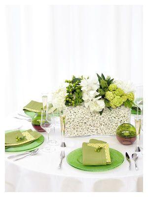 テーブル全体でグリーンの濃淡グラデーションコーデ☆ グリーンのメニュー表まとめ。センスがいい結婚式のメニュー表一覧。