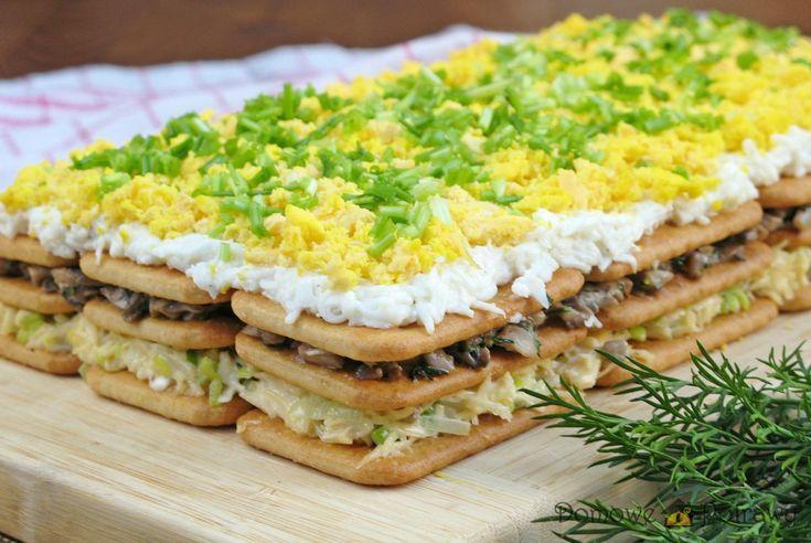 Przepis na sałatkę na krakersach z pieczarkami i jajkiem. Jak zrobić Sałatka na krakersach z pieczarkami i jajkiem Doskonała na święta i imprezy domowe. Sałatka na krakersach z pieczarkami i jajkiem wygląda jak ciasto, do te