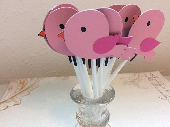 12 Lil bebé aves rosa Cupcake Toppers  Estos son hecho a mano toppers de cartulina libre ácido resistente y se unen a 4 palillos del lollipop. Las figuras son de aproximadamente 2 de alto. Cada pieza se compone de capas de cartón que le da un aspecto un poco 3D.  24 aparece por otro $1.00 cubrir el envío.  ¿Necesita más o menos, más grandes o más pequeñas, diferentes colores? Sentirse libre para crear una lista personalizada de convo.  Todos los artículos fueron creados en un hogar libre de…