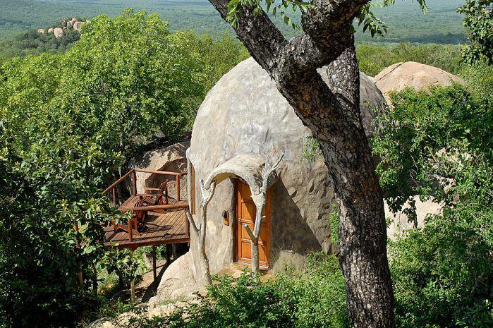 Dié unieke, koepelvormige slaapkamers lyk soos groot rotse en is só gerangskik om pragtige uitsigte oor die bosveld te bied.