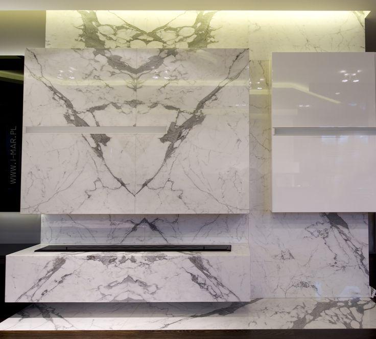 Piękny kamienny kominek w odcieniach biało-szarych, wykonany z marmuru Statuario. www.i-mar.pl /// Beautiful stone fireplace in shades of white and gray, made of marble Statuario.