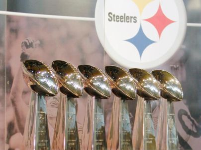 he Pittsburgh Steelers (6-2) have won the most Super Bowls with six championships, while both the San Francisco 49ers (5-1) and Dallas Cowboys (5-3) have five wins. Dallas, Pittsburgh, New England and Denver have the most Super Bowl appearances with eight. The Denver Broncos (2-5) have lost a record five Super Bowls. The New England Patriots (4-4), the Minnesota Vikings (0-4) and the Bills have lost four.
