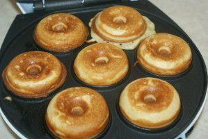 DONUTS Pour des donuts à la machine (12 mini donuts)   50g de farine 3 càc de sucre (sur le site c'est indiqué 2 ) 2 càc de levure chimique 3 cl de lait 1 oeuf 15g de beurre