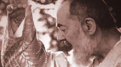 334HD - Cremos em Cristo crucificado - Sexta-feira da 25.ª Semana do Tempo Comum (P)  Em nome do Pai e do Filho e do Espírito Santo. Amém. Meus queridos irmãos e irmãs neste ano em que nós celebramos no dia de hoje a festa de São Pio de Pietrelcina a Igreja proclama coincidentemente o evangelho da profissão de fé de São Pedro. O que é que a figura de Padre Pio e a profissão de fé de São Pedro têm em comum? Bem veja São Pedro realmente teve fé fé verdadeira uma fé iluminada por Deus para…