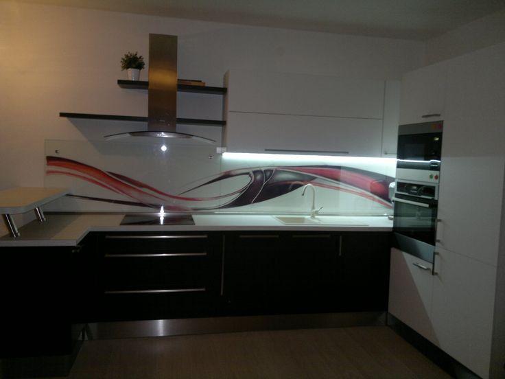 Kuchynská linka s ručn maľovaným obrazom za sklenou zástenou