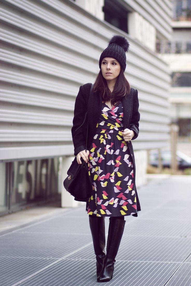 Bonnet pompon, robe imprimée Boden, Bottes Jonak, Sac Pieces style Celine