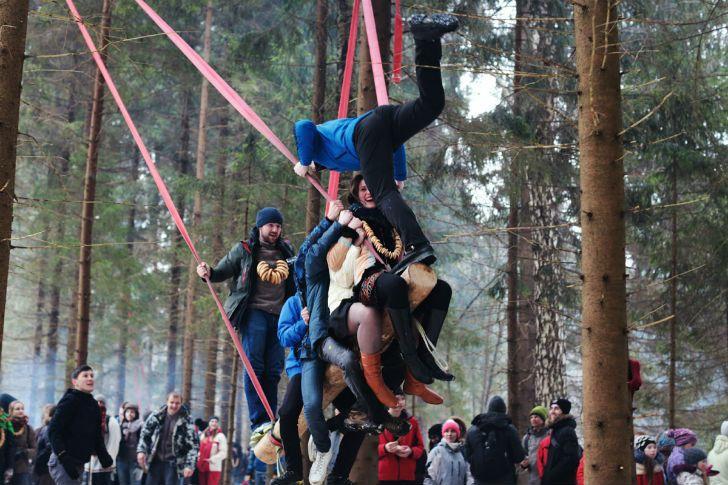 Масленица, один из самых веселых русских праздников, вот уже тридцать лет отмечается с особым размахом в лесах Подмосковья, на секретной по...