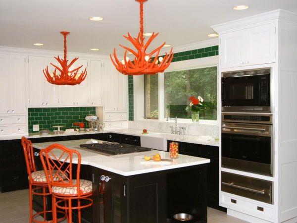 Сочетание белого, зеленого и красного на кухне