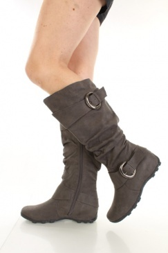so i got THESE boots for my catwoman suit... except mine are wedges... =D yup.. sexy.