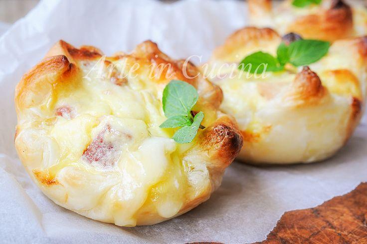 Sgonfiotti+di+sfoglia+ai+formaggi+e+salumi+ricetta+veloce