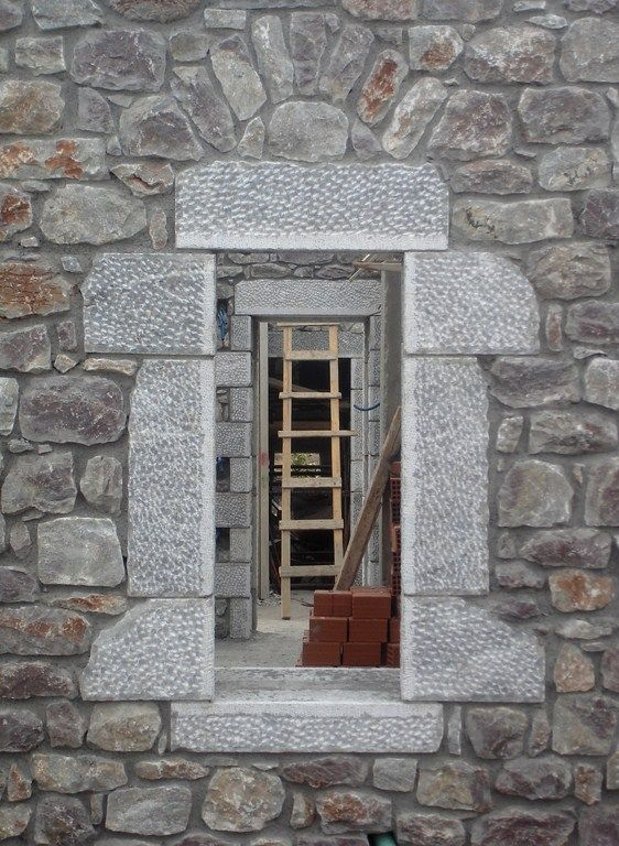 Window and door openings in a row give the opportunity to enjoy the view while circulating in the house.