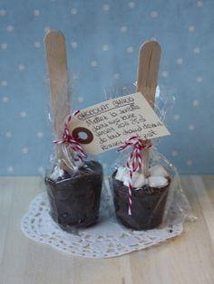 Sucettes de Chocolat pour chocolat chaud. Pour une douzaine de sucettes : 250 g de chocolat noir+150 g de chocolat au lait ou Chocolat-caramel ou Pralinoise mini-marshmallows Faites fondre les deux chocolats au bain-marie. Versez le mélange dans des mini-moules à muffins. Laissez refroidir quelques minutes avant de planter un bâtonnet en bois. Disposez quelques mini-marshmallows sur le dessus et laissez prendre complètement. Démoulez les sucettes. Faire les paquets kdo et les étiquettes