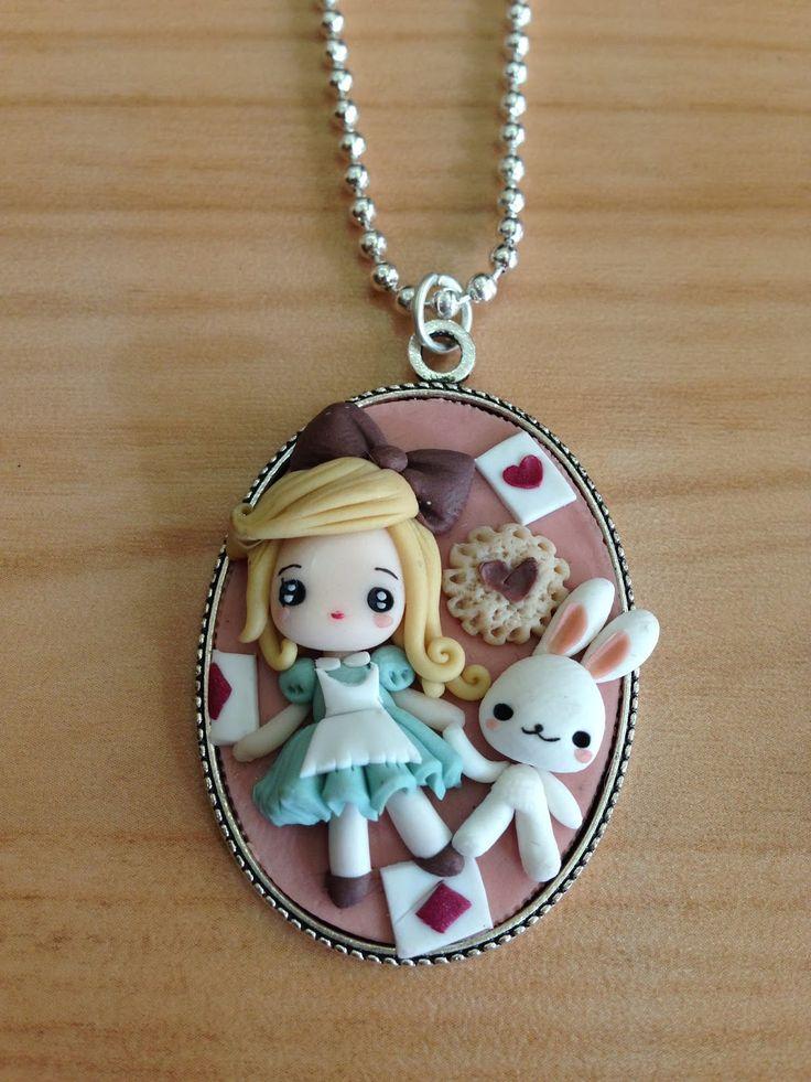 Alice no país das maravilhas biscuit colar
