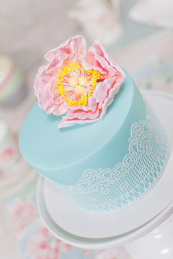 Vídeo-receta: tarta con encajes decorada con peonia