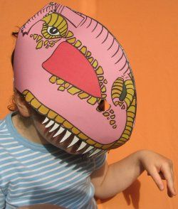 Un masque du tyrannosaure à imprimer en couleur ou à colorier.