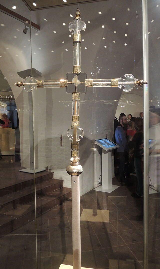 Крест, с которым, по легенде, папский легат Антоний Бонумбре хотел войти в Москву.XV  век. Горный хрусталь. Хранится в Оружейной Палате Московского Кремля.