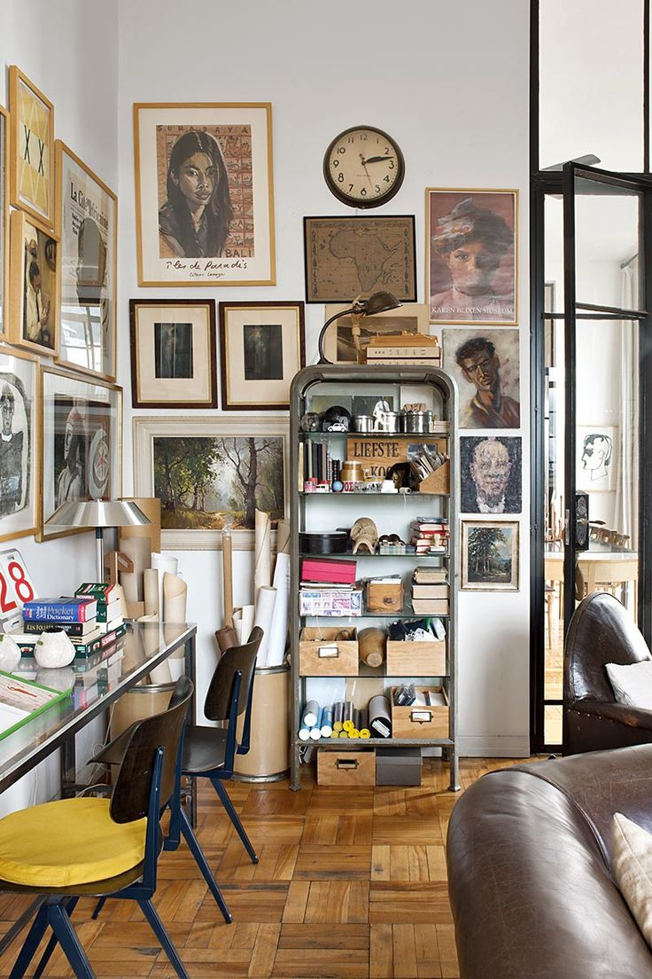 // Casa en Ciudad del Cabo. En la pared, carteles, dibujos y retratos de artistas sudafricanos, Anton Karstel, Louise Hennings... - AD España, © Montse Garriga.