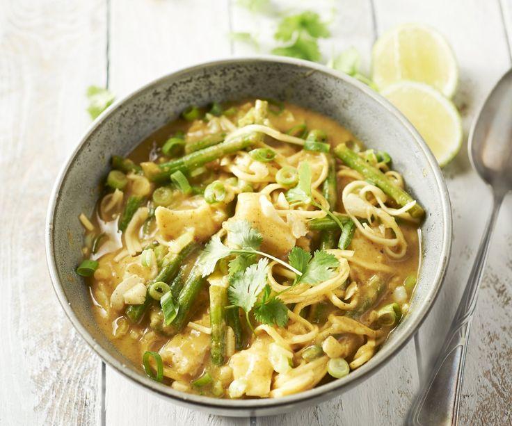 Questo delizioso piatto orientale al merluzzo con i fagiolini croccanti e i noodles è super facile da preparare! Il merluzzo viene cotto in un saporito latte di cocco aromatizzato al curry verde piccante. Se rifinite il vostro curry di merluzzo con il coriandolo, il cipollotto e il succo di lime, avrete un altro piatto ricco e gustoso da servire!