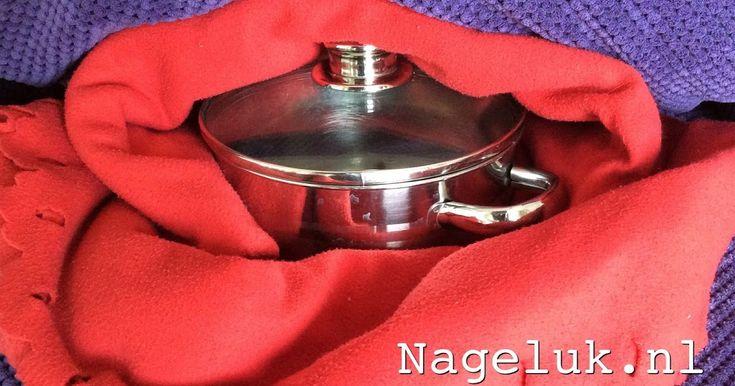 Een hooikist is een kist met isolerend materiaal waarin een hete pan nog urenlang warm blijft.  Een hooikist wordt gebruikt om voedsel te la...