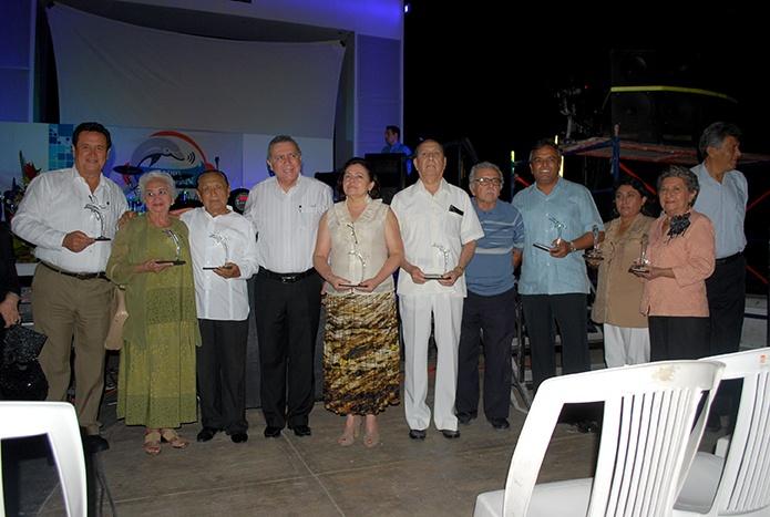 Algunos galadornados y sus familiares se toman la foto del recuerdo con el rector de la UNACAR, el maestro Sergio Augusto López Peña