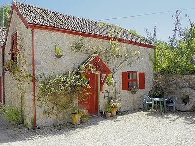 The Cottage, Axminster. Sleeps 2 - dog friendly (check first) - one bathroom - set in 3 acres