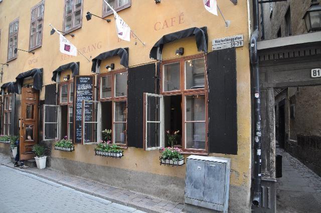 Il ristorante Mårten Trozing è sulla via pedonale del centro storico di Stoccolma. La cucina è svedese e si basa su carne pesce o cacciagione ai ferri oppure al forno.
