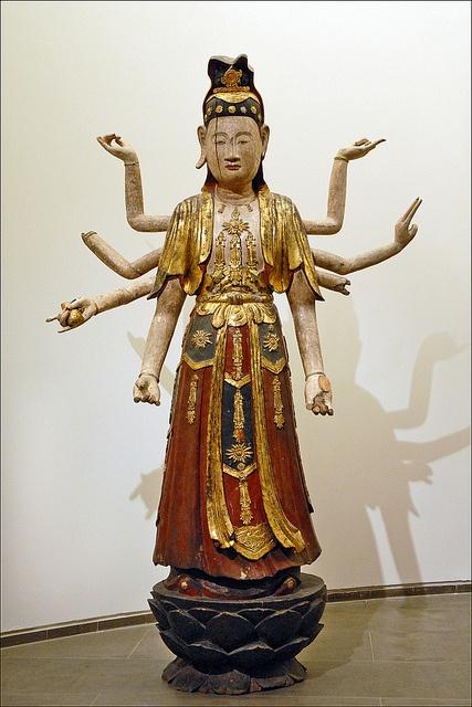 Le bodhisattva Avalokitesvara à huit bras Avalokitesvara « Le seigneur qui regarde en bas ». Un des principaux bodhisattva dans le bouddhisme Mahayana.   18e siècle dorure (technique), laque (technique), polychromie (technique), sculpture (technique)  Hanoï (origine)