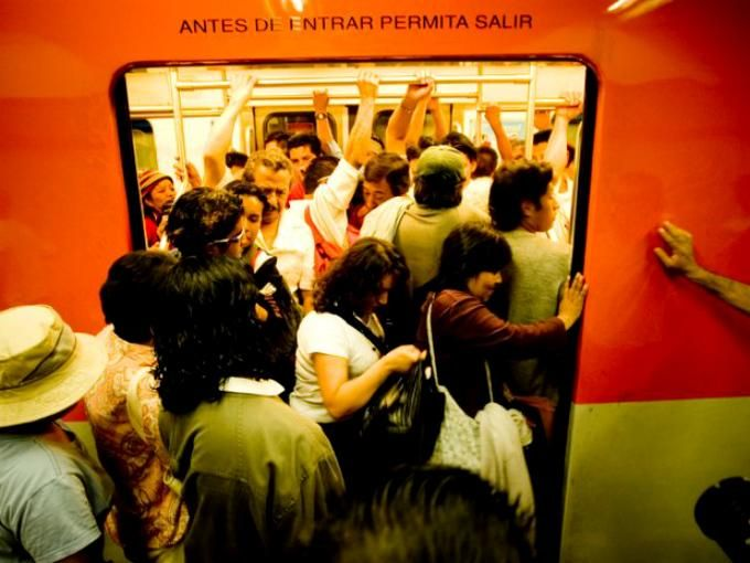 """A post, """"Las 10 señales del Metro del DF que nadie respeta,"""" includes images.  Use this post to expand the class discussion of the notices and signs we see, and ignore, in our daily lives. What do these signs and our habits reveal about culture? Unit 6, 184-185/Destrezas."""