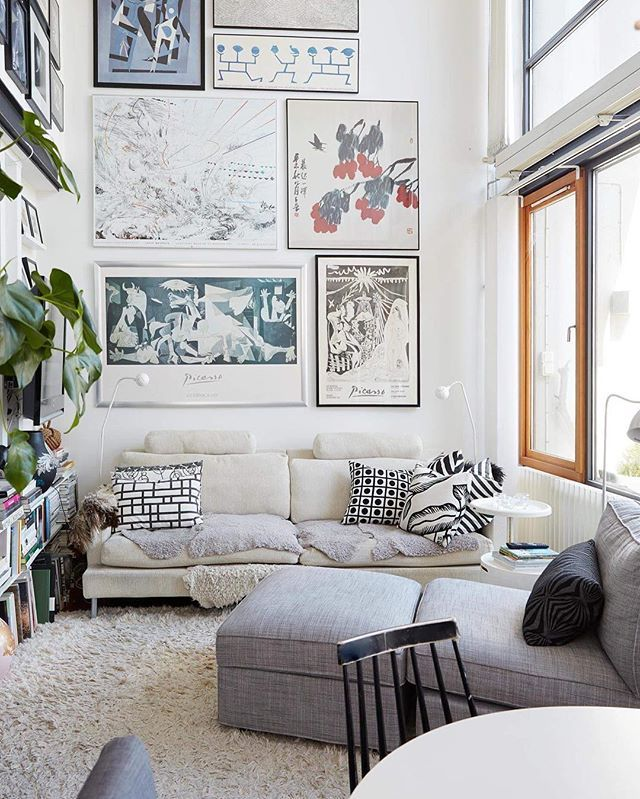 ❤️ drömhem! En sex meter hög vägg i vardagsrummet lockade grafiska formgivaren Katarina Blixberg till etagelägenheten i havsnära Västra hamnen i Malmö. Här har hon skapat ett kvadratsmart hem med mycket konst på väggarna. Styling @ceciliagrender foto @carolinetengenfotograf ✨✨✨ Hur ser det ut hemma hos dig? Tagga dina inredningsbilder #levaohem så får vi kika – och du har chansen att synas här!